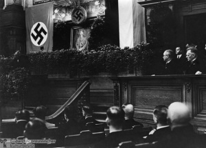 """Justizminister Dr. Franz Grtner er""""ffnet mit einer Rede die erste Sitzung des Volksgerichtshofes im ehemaligen Herrenhaus in Berlin."""